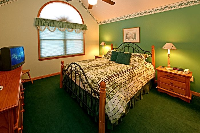 Cottage with Spacious Queen Bedroom - Cinnamon Cottage