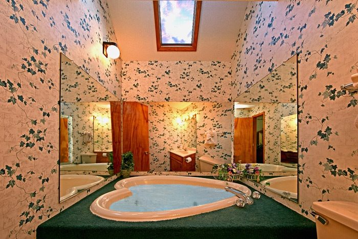 Cottage with Heart Shaped Jacuzzi - Cinnamon Cottage