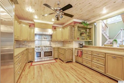 Spacious Kitchen in Luxury 4 bedroom cabin - Cloud View Manor