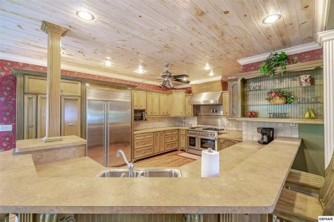 Large kitchen and bar in 4 bedroom cabin - Cloud View Manor