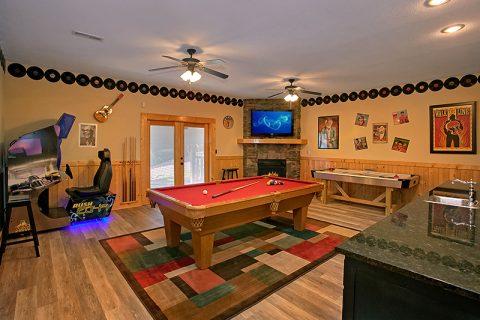 Luxury Rental Cabin with Pool Table Game Room - C'Mon Inn