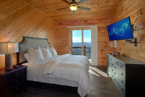 Luxurious Master Suite with King Bed and TV - Copper Ridge Lodge