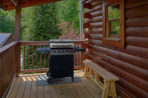 Resort cabin with grill and rocking chairs - Cozy Escape