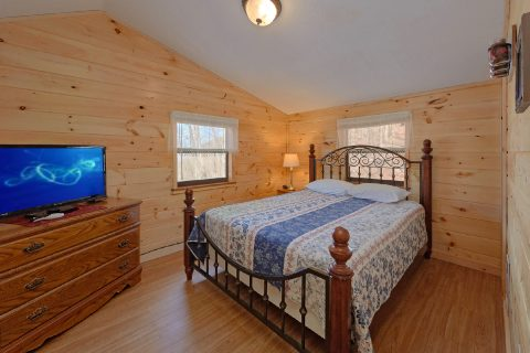 3 Bedroom Cabin Sleeps 8 Main Floor Bedroom - Cozy Hideaway