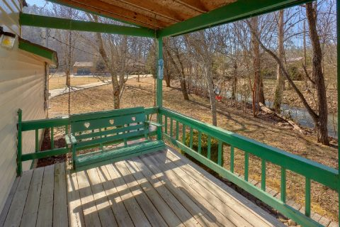 3 Bedroom Vacation Home with Porch Swing - Creekside Cottage