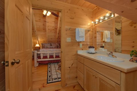2 Bedroom Cabin with Private Baths and Jacuzzi - Creekside Hideaway
