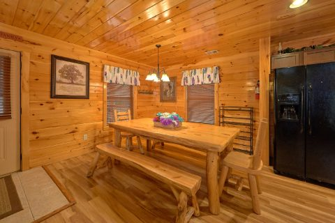 Spacious Cabin with Dining Area - Crosswinds