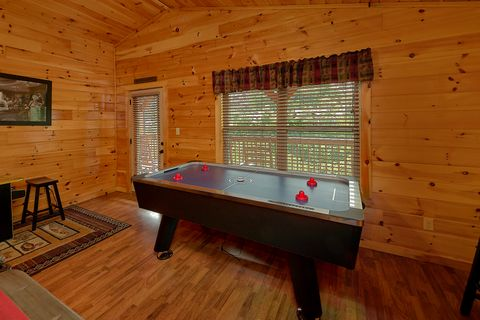 6 Bedroom Cabin with Foosball Near Pigeon Forge - Crosswinds
