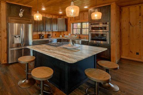 4 Bedroom with Kids Bunk Bedroom Sleeps 10 - Crown Chalet