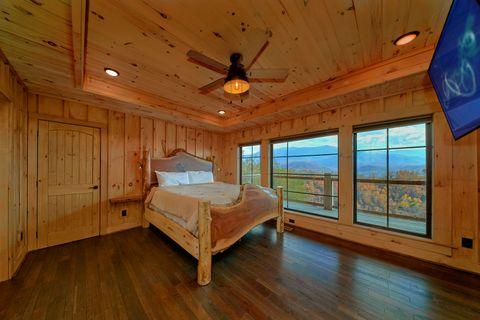 Main Floor Mster Bedroom 4 Bedroom Sleeps 10 - Crown Chalet