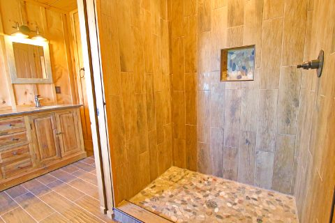 Cabin with 4 bedrooms and Walk in Showers - Crown Chalet
