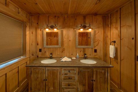 4 Bedroom 4.5 Bath Gatlinburg Sleeps 10 - Crown Chalet