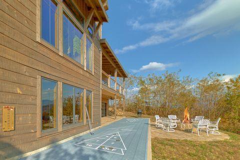 Outdoor Fireplace 4 Bedroom Sleeps 10 - Crown Chalet