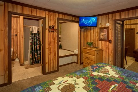 Pigeon Forge Cabin with King Bed and Jacuzzi - Cuddles