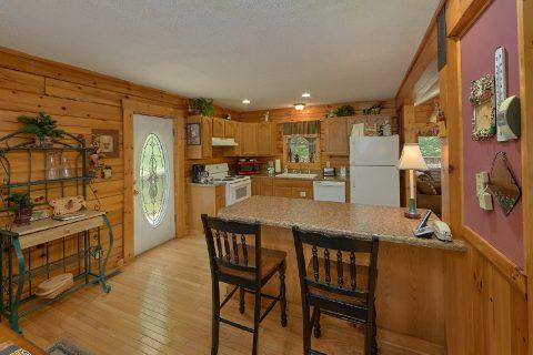 Breakfast Bar 2 Bedroom Cabin Sleeps 6 - Dancing Bear VII