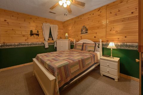 2 Bedroom Cabin Sleeps 6 Lower Level Bedroom - Dancing Bear VII