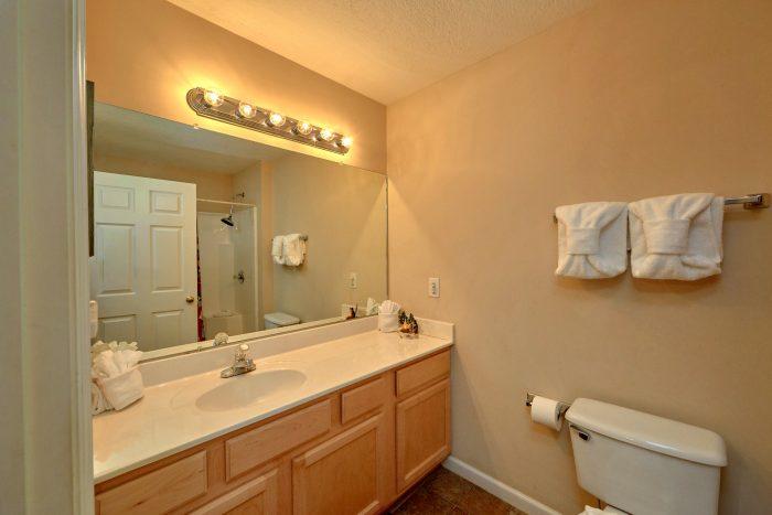 Private master bathroom in 2 bedroom cabin - Dancing Bears