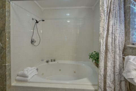 Master Bathroom with Jacuzzi - Dew Drop Inn at Creekwalk