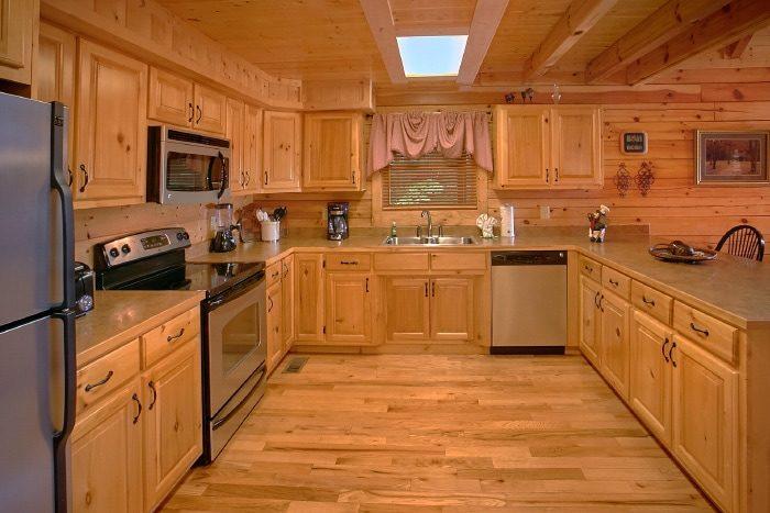 Luxury 3 bedroom Cabin with Spacious Kitchen - Dew Drop Inn
