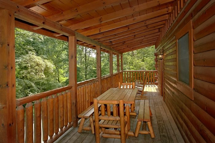 3 Bedroom Cabin with a Picnic Table on the Deck - Dew Drop Inn