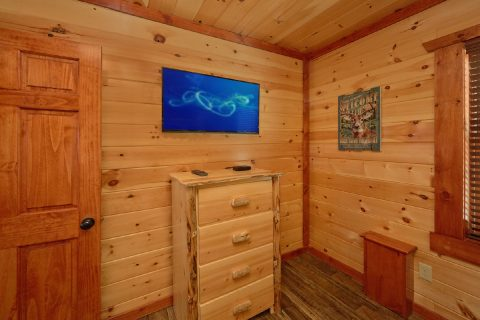 Queen bunk bedroom with TV and bathroom - Dream Maker Lodge