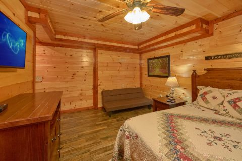 King Bedroom with Futon, TV and Private bath - Dream Maker Lodge