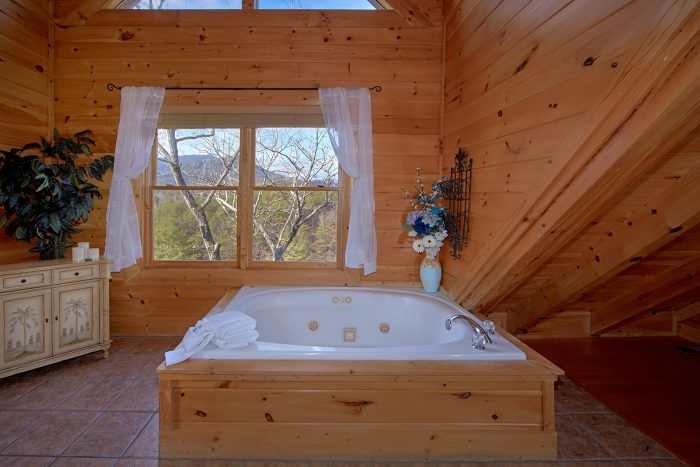 King Suite with Jacuzzi Tub in 4 Bedroom Cabin - Dreamland