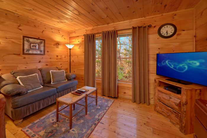 King Bedroom with Sitting Area and Flatscreen TV - Dutch's Den