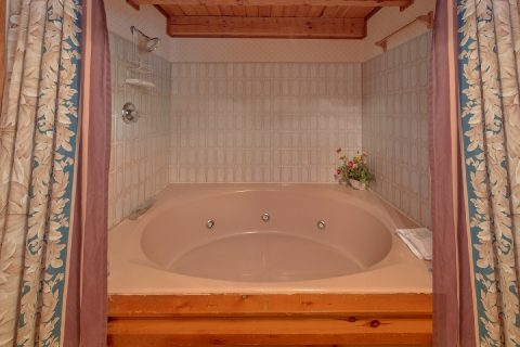 Large Jacuzzi Tub 3 Bedroom Gatlinburg Cabin - Emerald View