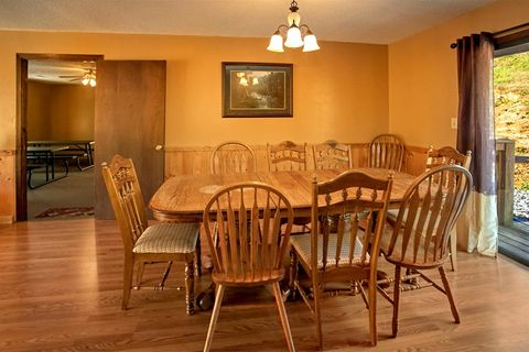 Cabin with Additional Spacious Dining Room - Family Gathering