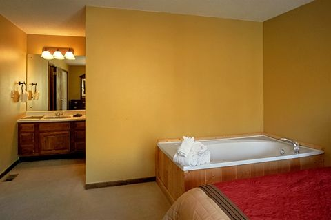 Private Master Suite with Jacuzzi Tub - Family Gathering