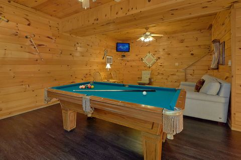 4 Bedroom Cabin's Game Room with Pool Table - Fishin Hole