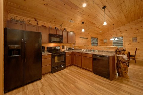 Full kitchen in Luxurious 3 bedroom cabin - Flying Bear