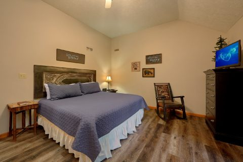 Large Master Bedroom with King Bed and Jacuzzi - Foxes Den