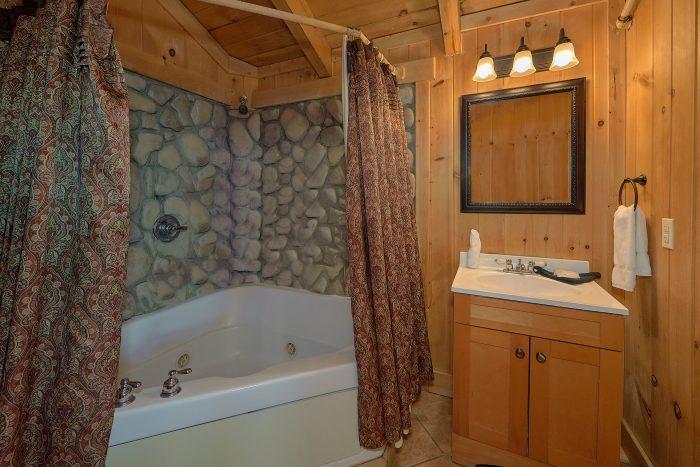 3 Bedroom Cabin with Picnic Table & Views - Gatlinburg Splash
