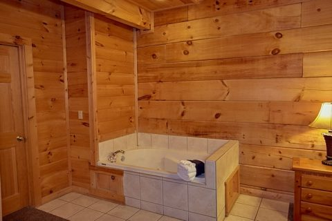 Jacuzzi Tub main Floor Master Suite 3 bedroom - Gatlinburg Views