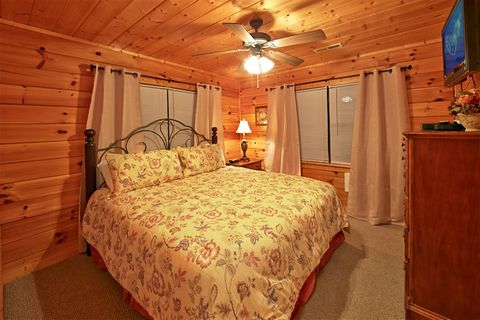 Cabin with 2 living areas and king beds - Great Aspirations