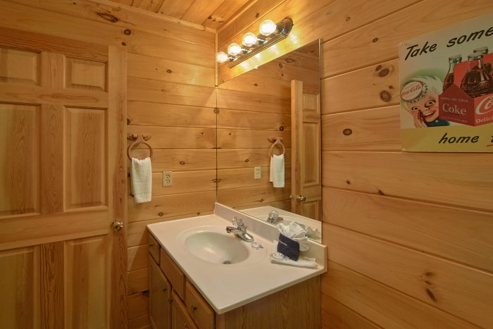 2 Bedroom Cabin with 2 Private Bathrooms - Grin N Bear It