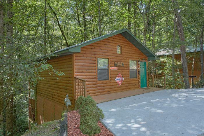 Cozy 2 Bedroom Cabin in Honeymoon Gardens - Grin N Bear It