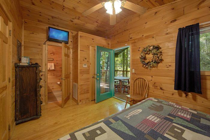 2 Bedrom Cabin with a TV in each Bedroom - Grin N Bear It