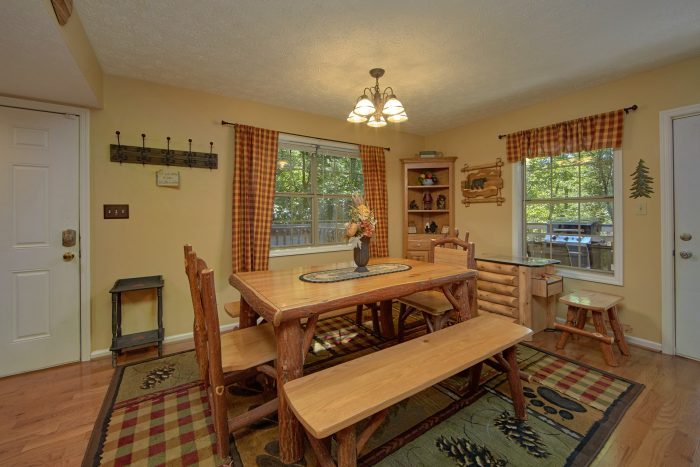 4 Bedroom Cabin with large Dining Room - Happy Trails