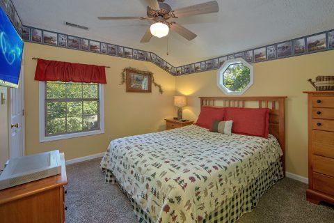 4 Bedroom Cabin with Spacious Queen bedroom - Happy Trails