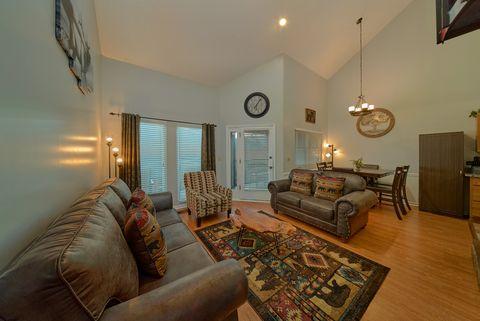 Spacious living room in Gatlinburg Condo - Hearthstone