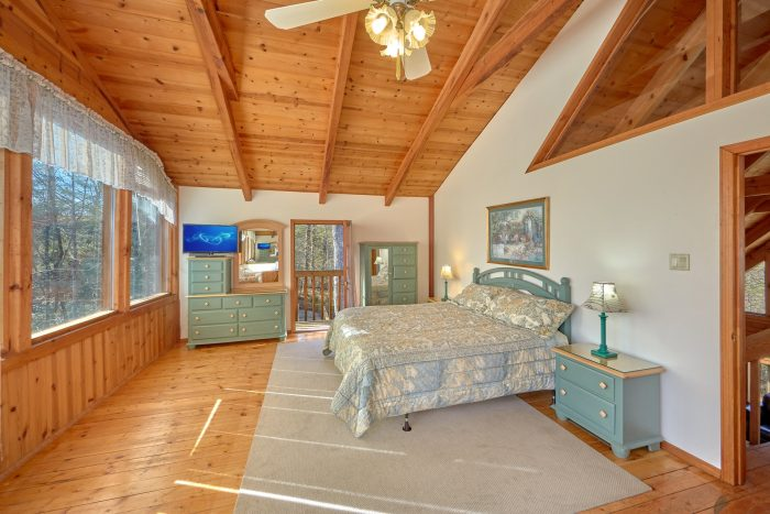 Master Bedroom with King Bed and Flatscreen TV - Hearts Desire