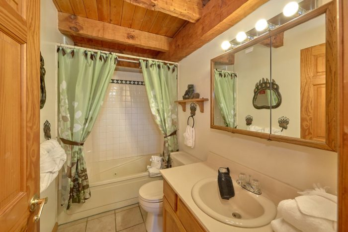 5 Bedroom Cabin with Main Level Full Bathroom - Hearts Desire