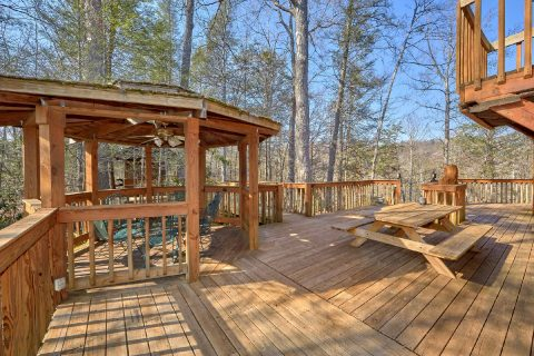 Rustic 5 Bedroom Cabin with Large Outdoor Deck - Hearts Desire