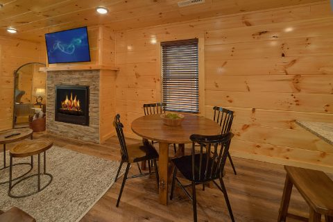 Luxurious 2 bedroom cabin with dining room for 4 - Hemlock Splash