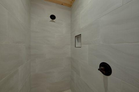 Large Walk in Showers 5 Bedroo Cabin Sleeps 18 - Hibernation Station
