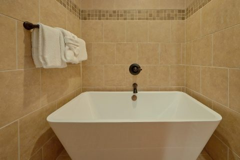 Luxurious Tub in 2 bedroom cabin master bath - Hickory Splash