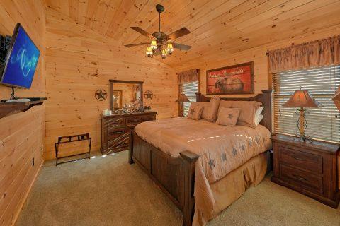 Top Floor King Bedroom Cabin Sleeps 12 - Hideaway Dreams